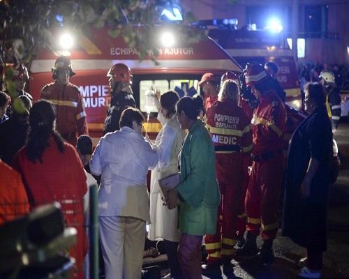 Tragedia a Bucarest, esplosione in discoteca: 27 morti e 180 feriti. L'incendio dovuto a uno show pirotecnico, solo una porta di uscita era aperta