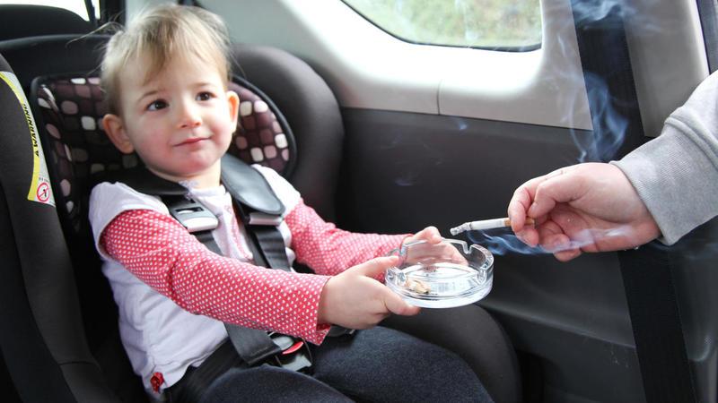 Stop al fumo in auto con bambini e donne in gravidanza. Niente sigarette elettroniche ai minori di 18 anni