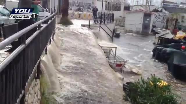 Nubifragi e frane nel Centro Italia, in tre perdono la vita. Un uomo ucciso da un fulmine nella cantina allagata. Aniene fuori dagli argini