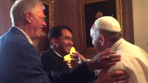 """Viaggio Usa, il Papa ha incontrato un vecchio amico gay e il suo compagno. Obama: """"Amo Francesco e' un uomo buono"""""""