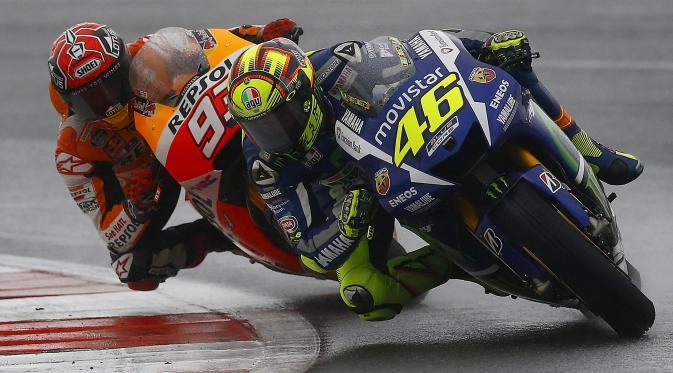 """Moto Gp, sfida con bagarre: Valentino Rossi fa cadere Marquez e il giudice lo fa partire in ultima posizione. Marc: """" Mi ha dato un calcio"""""""