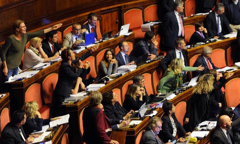 Riforme, bagarre al Senato dopo il gesto osceno di Lucio Barani (verdiniano) alla collega Barbara Lezzi. Grasso apre un'indagine