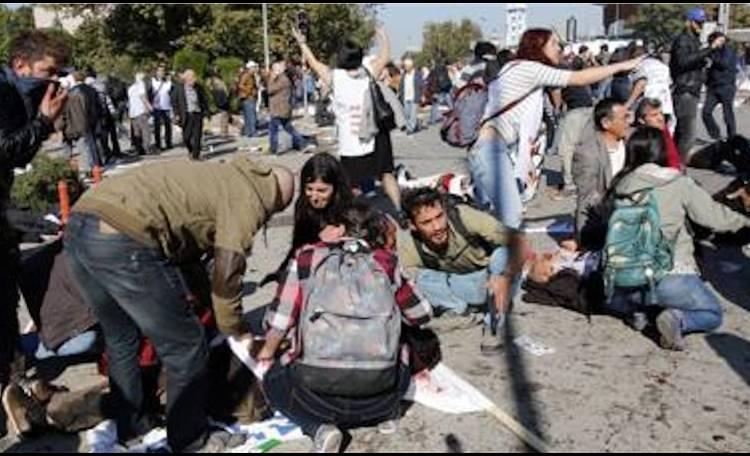 Turchia, strage alla marcia della pace: attacco kamikaze davanti alla stazione di Ankara, uccise 97 persone 270 i feriti..