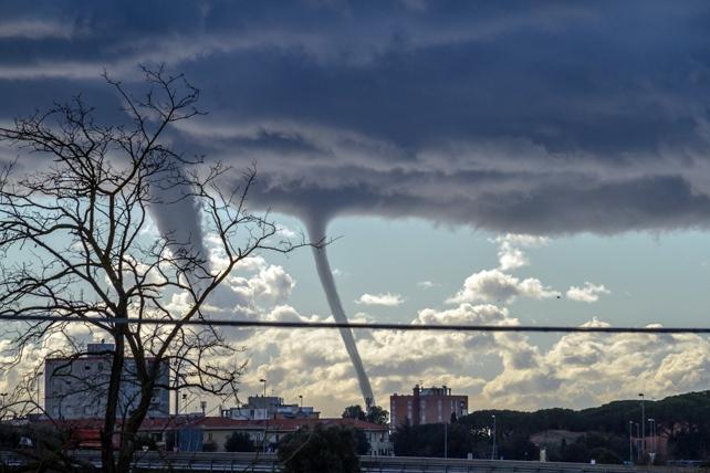 Il maltempo si sposta sull'Italia: trombe d'aria e nubifragi in Toscana, Liguria e Piemonte. Livorno, allagamenti e case senza tetto