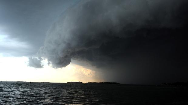 Maltempo, in arrivo ciclone di forza 2 portando nubifragi e alluvioni. Mezza Italia coinvolta: dal centro al Sud