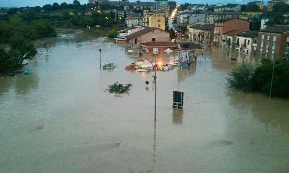 Nubifragi e alluvioni, il maltempo si sposta a Sud: due morti a Benevento, esonda il Calore e nel Nisseno un treno deraglia