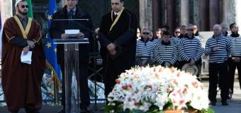 Venezia, addio commosso a Valeria. Le rose bianche nel giorno del dolore ma anche della grande dignità' della famiglia. Un funerale civile con le autorità dello Stato
