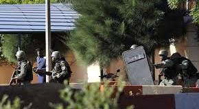 Mali, attacco di terroristi islamici nell'Hotel Radisson: uccisi 4 ostaggi, oltre 170 turisti nella mani di un commando armato