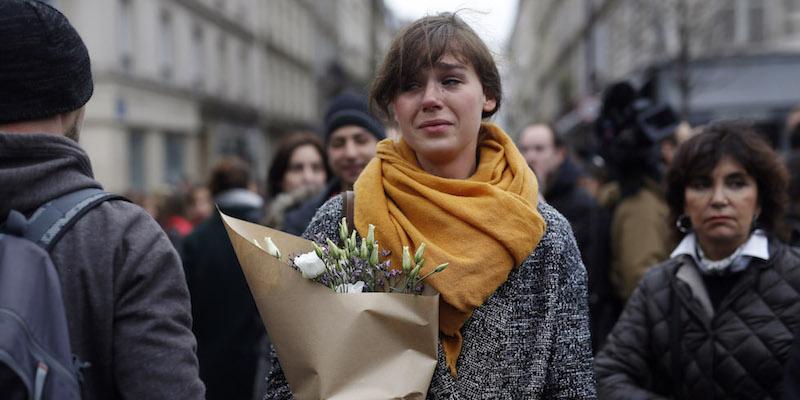 """La barbarie a Parigi, """"tre squadre di terroristi coordinate"""" Si cercano altri complici.  Holland: """"Guerra aperta all'Isis"""""""
