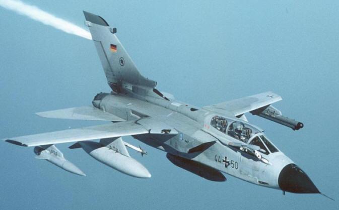 Coalizione anti-Isis più' forte: Merkel manderà' i Tornado tedeschi contro il Califfato. Renzi pieno appoggio ad Hollande