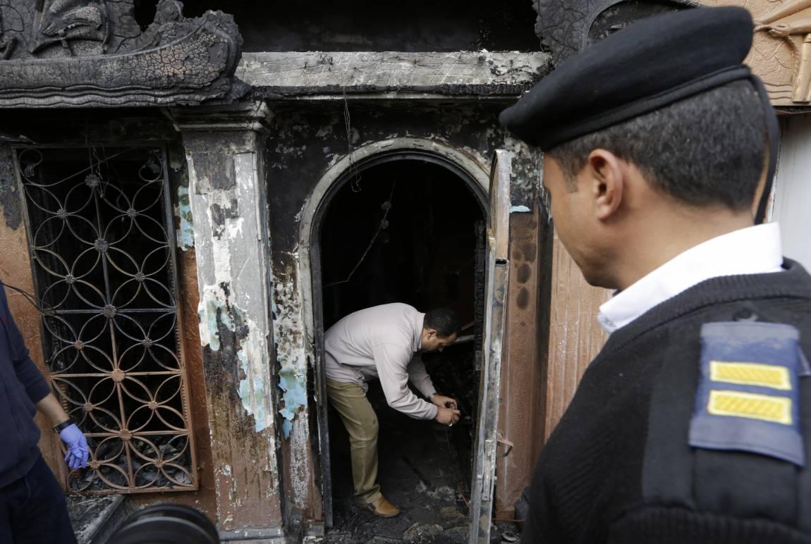 Cairo, lanciano una bomba molotov in una discoteca: 16 morti e 3 feriti. La strage per un litigio tra dipendenti e alcuni avventori