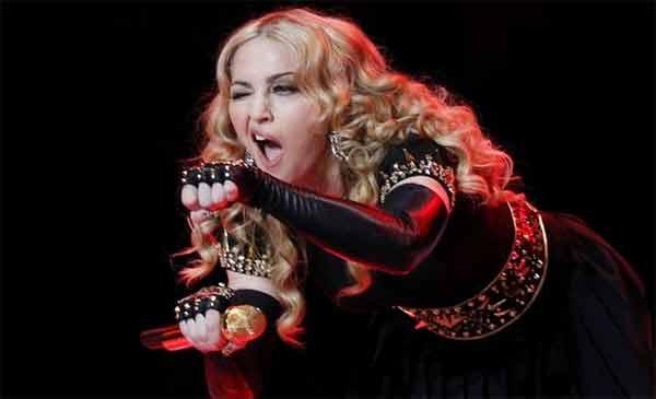 """Madonna ubriaca sul palo di Louisville fa infuriare i suoi fans. Lei smentisce: """"Non bevo mai prima di esibirmi"""". Ma un video su Youtube la incastra"""