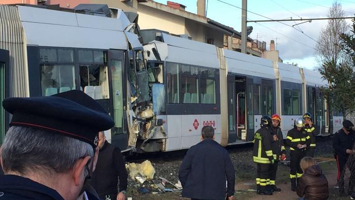 Cagliari, scontro fra due treni della metro leggera: sessanta feriti tra cui i due macchinisti ora in gravi condizioni