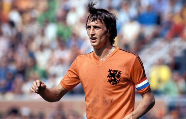 """Muore a 68 anni Johan Cruyff, leggenda del calcio olandese. Twitter saluta il """"profeta del goal"""". Spento dopo una lunga battaglia contro un cancro ai polmoni"""