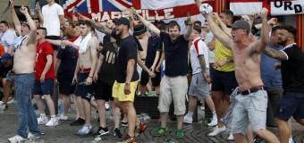 Europei 2016, guerriglia a Marsiglia tra hoolingans e russi: tifoso inglese in fin di vita altre 34 persone ferite