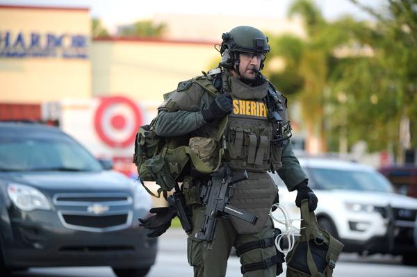Florida, la peggiore strage nella storia americana: killer spara in una disco e uccide 50 persone, oltre 50 feriti. Colpito a morte lo sparatore. L'Isis rivendica l'attacco