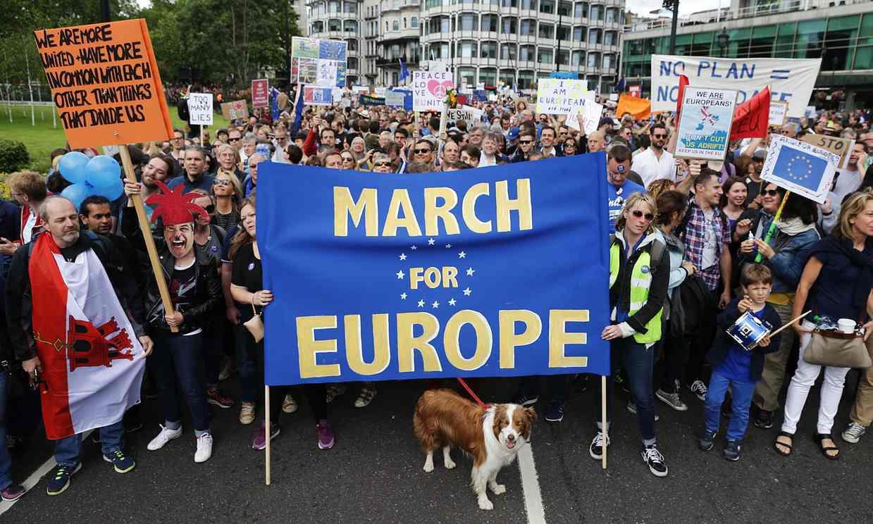 La grande marcia a Londra per l'Europa. In migliaia contro l'esito del referendum